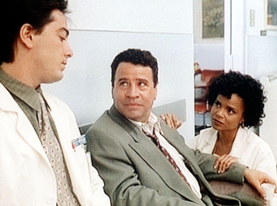 Jack (Scott Baio, l.) und Amanda (Victoria Rowell, r.) trösten Norman (Michael Tucci, M.), der sich langsam vom Schock der Geiselnahme erholt. - Bildquelle: Viacom