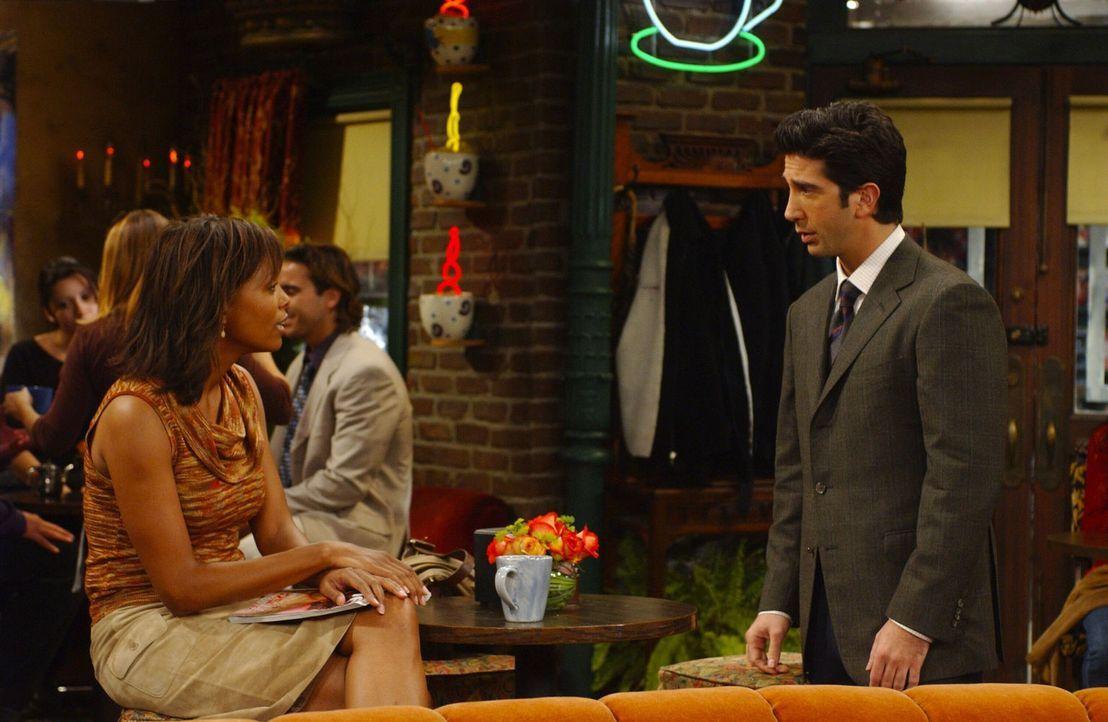 Ross (David Schwimmer, r.) hat die Wahl: Stipendium, und er trennt sich dafür von Charlie (Aisha Tyler, l.), oder ... - Bildquelle: 2003 Warner Brothers International Television