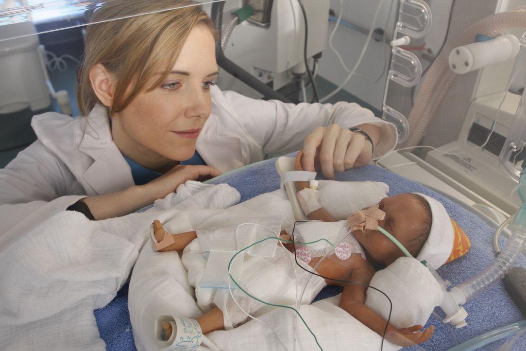 Luisa (Jana Voosen) kümmert sich liebevoll um das Neugeborene einer erst 14-jährigen Patientin. - Bildquelle: Noreen Flynn Sat.1