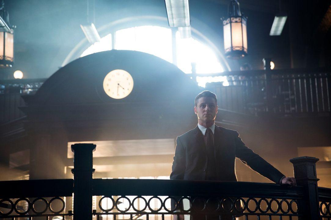 Gemeinsam mit Bullock nimmt sich Gordon (Ben McKenzie) noch mal einen ungelösten Fall vor, der einen Serienkiller betrifft ... - Bildquelle: Warner Bros. Entertainment, Inc.