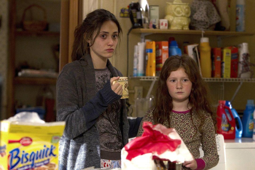 Vermisst niemand in der Familie Grammy Gallagher? Debbie (Emma Kenney, r.) und Fiona (Emmy Rossum, l.) müssen feststellen, dass ihr Vater Frank nur... - Bildquelle: 2010 Warner Brothers