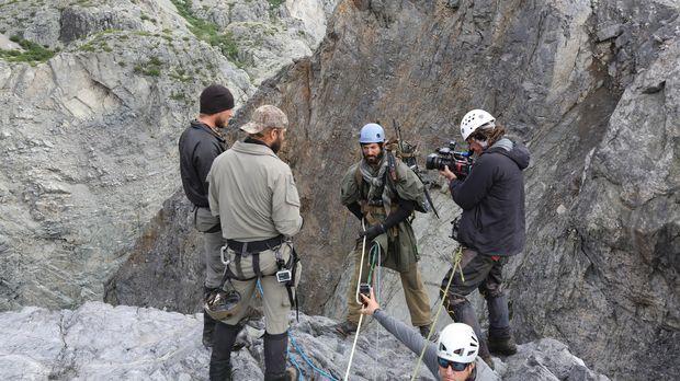 Während sich die Bergsteiger durch eine Gletscherschlucht schlagen, welche ei...