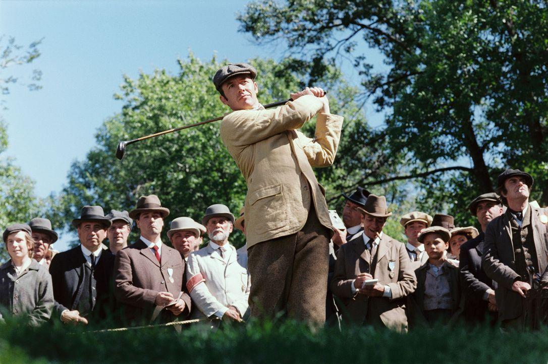 Als amtierender Weltmeister  glaubt Harry Vardon (Stephen Dillane, M.) können ihn keiner schlagen ... - Bildquelle: Walt Disney Pictures