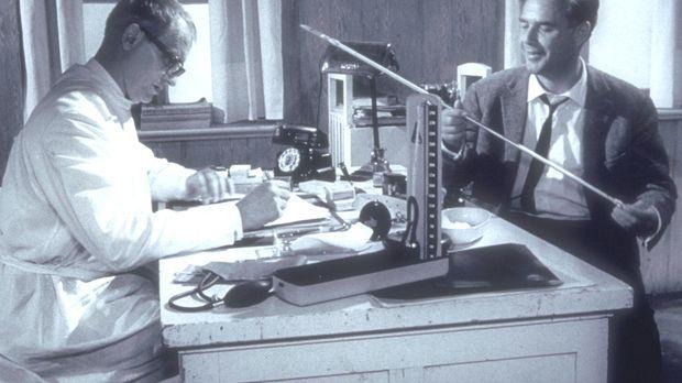 Inspektor Wade (Joachim Fuchsberger, r.) zeigt Doktor Collins (Richard Munch,...