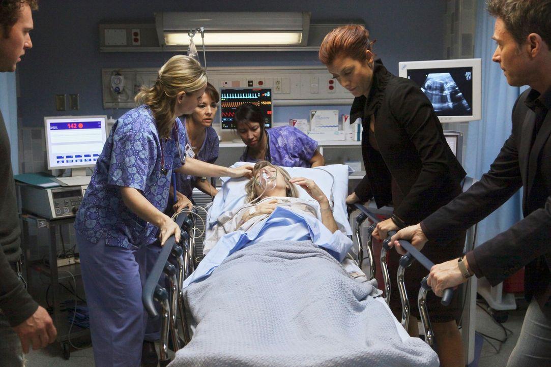 Pete (Tim Daly, r.) und Addison (Kate Walsh, 2.v.r.) kümmern sich um Eleanor (Mimi Kennedy, liegend), eine 60-jährige Frau, die durch eine künstlich... - Bildquelle: ABC Studios