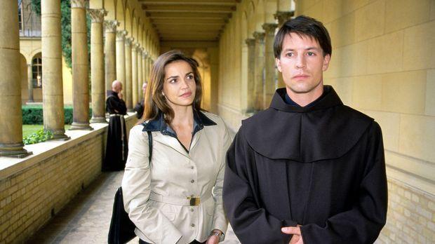 Edel & Starck - Sandra (Rebecca Immanuel, l.) vertritt den jungen Franziskane...