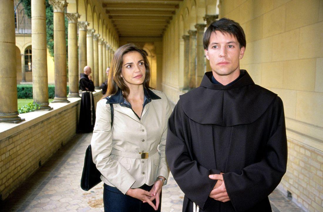 Sandra (Rebecca Immanuel, l.) vertritt den jungen Franziskaner-Pater Mario (Roman Rossa, r.), der wegen Fahrerflucht angezeigt wurde. Er ist an dem... - Bildquelle: Hardy Spitz Sat.1