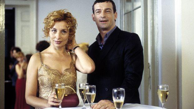 Camilla (Teresa Harder, l.) hat ihrem Mann Mario (Thomas Sarbacher, r.) etwas...