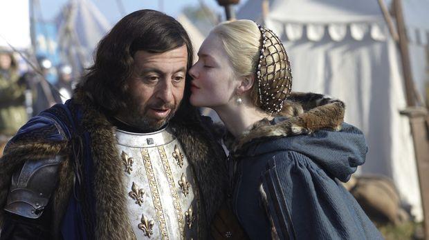König Karl VIII (Michel Muller, l.) nimmt Lucrezia (Holliday Grainger, r.) ge...