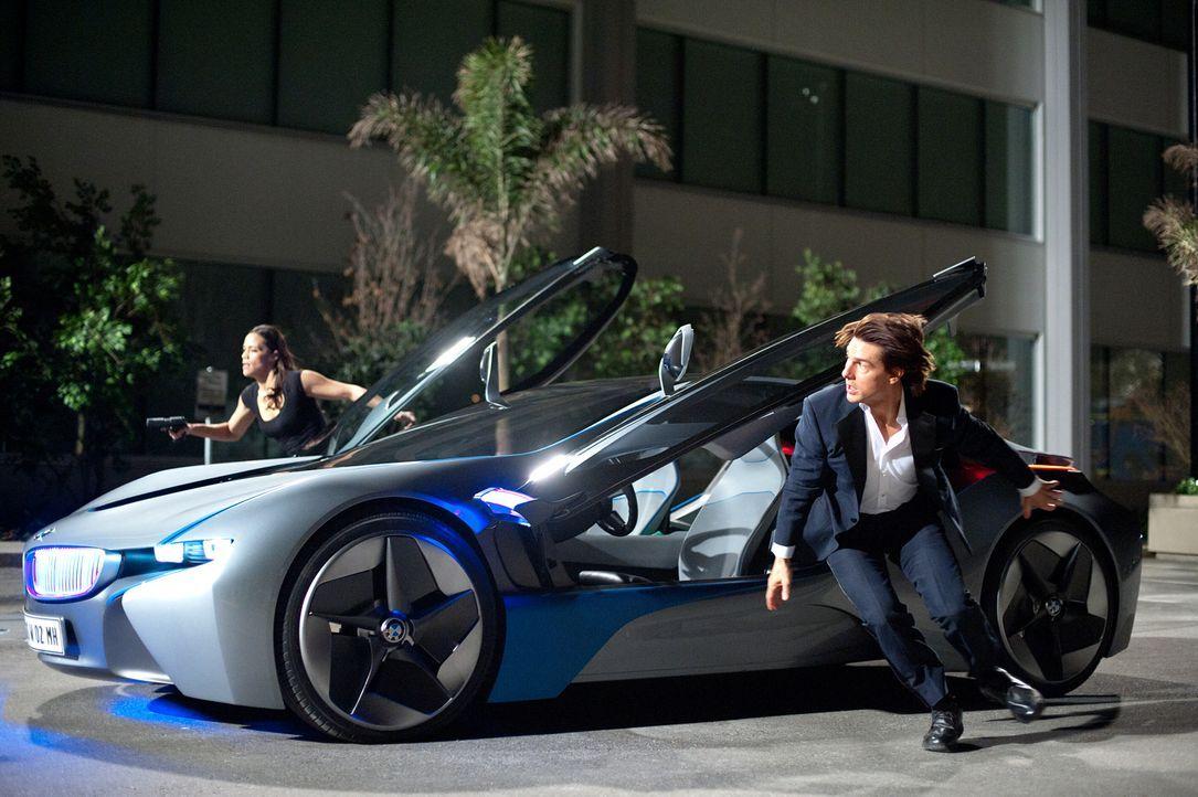 Die Atomrakete ist schon in der Luft, trotzdem geben Jane Carter (Paula Patten, l.) und Ethan Hunt (Tom Cruise, r.) die Hoffnung noch nicht auf ... - Bildquelle: 2011 Paramount Pictures.  All Rights Reserved.