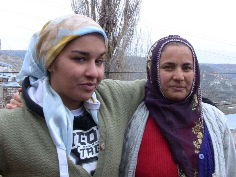 Bei Familie Erdal in der Tükei sollen Kalica (l.) und Dominik lernen, was es bedeutet, Verantwortung zu übernehmen. - Bildquelle: kabel eins