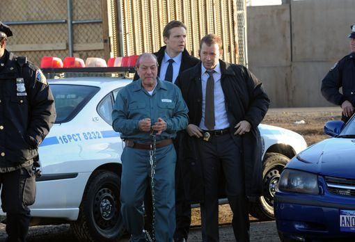 Blue Bloods - Tommy Barone (Dan Grimaldi, l.) soll Sam (Teddy Sears, M.) und...