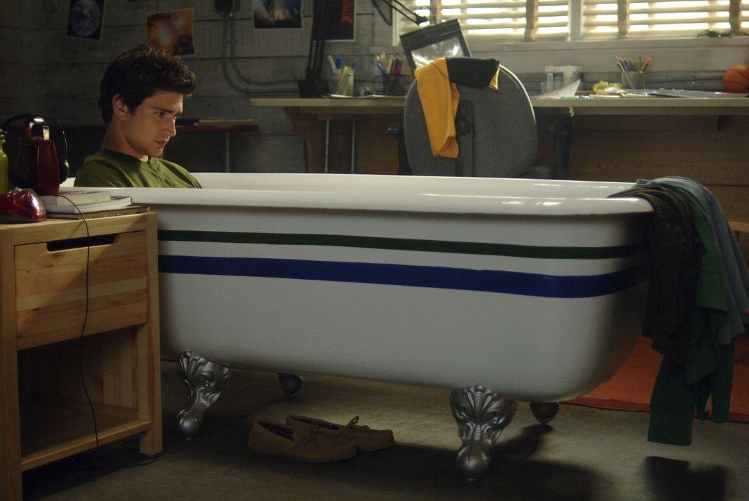 Eigentlich geht es Kyle (Matt Dallas) in seiner neuen Welt sehr gut, doch dann macht er eine äußerst peinliche Erfahrung ... - Bildquelle: TOUCHSTONE TELEVISION