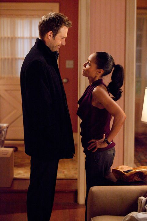 Christina (Jada Pinkett Smith, r.) und Tom (Michael Vartan, l.) kommen sich privat näher... - Bildquelle: Sony 2009 CPT Holdings, Inc. All Rights Reserved