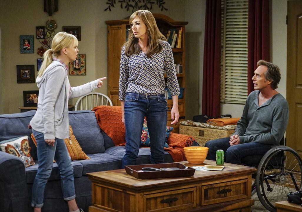 Christy (Anna Faris, l.) und ihre Mutter Bonnie (Allison Janney, M.) können ihre Finger einfach nicht von krummen Sachen lassen. Schockiert sieht Ad... - Bildquelle: 2016 Warner Bros. Entertainment, Inc.