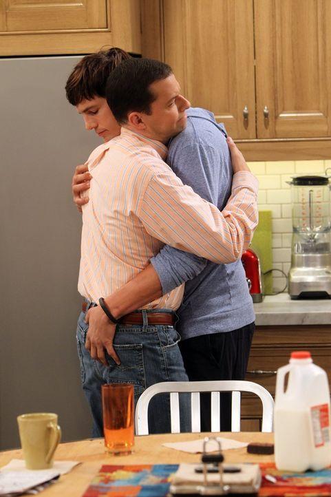 Was ist nur mit Walden (Ashton Kutcher, r.) und Alan (Jon Cryer, l.) los? - Bildquelle: Warner Bros. Television