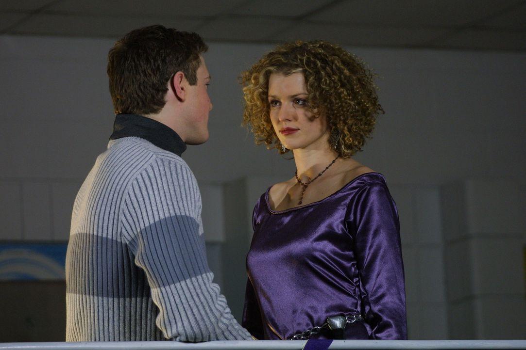 Roger (Landon McCormick, l.) und Megan (Ellen Wieser, r.) werden von dem geheimnisvollen Mann überrascht ... - Bildquelle: Regent Entertainment