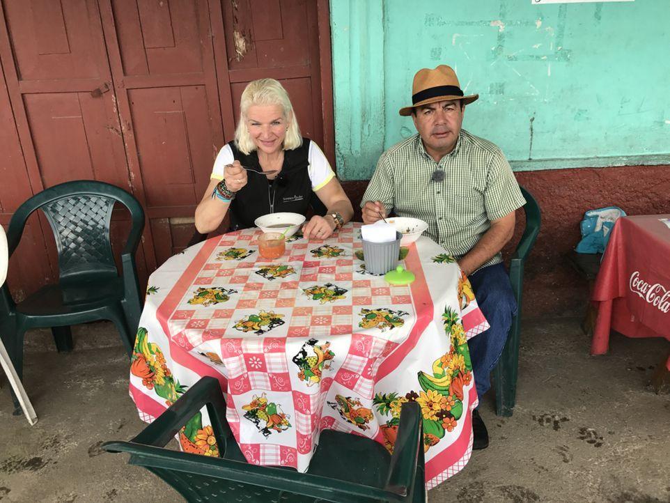 Wie damals Tamme, fährt Carmen (l.) jetzt mit Reiseführer Marco (r.) durch Ecuador ... - Bildquelle: kabel eins