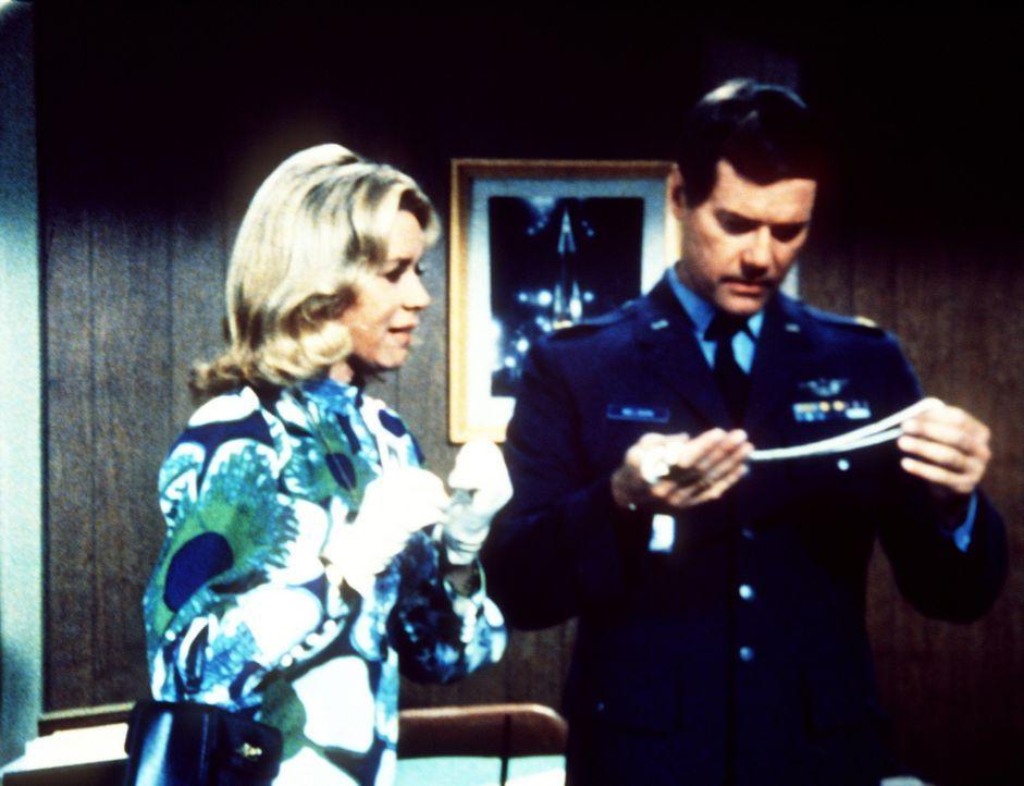 Amanda Bellows (Emmaline Henry, l.) hat eine Perlenkette, die Tony (Larry Hagman, r.) gerne für Jeannie nachmachen lassen möchte. - Bildquelle: Columbia Pictures