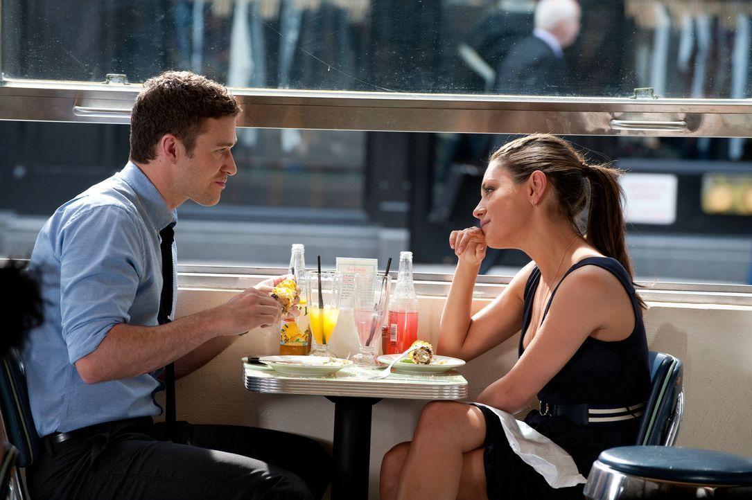 """Jamie (Mila Kunis, r.) ist ein """"Headhunter"""" und holt Dylan (Justin Timberlake, l.) nach New York zum """"GQ - Magazin"""". Die beiden entwickeln eine beso... - Bildquelle: Sony Pictures Television Inc. All Rights Reserved."""