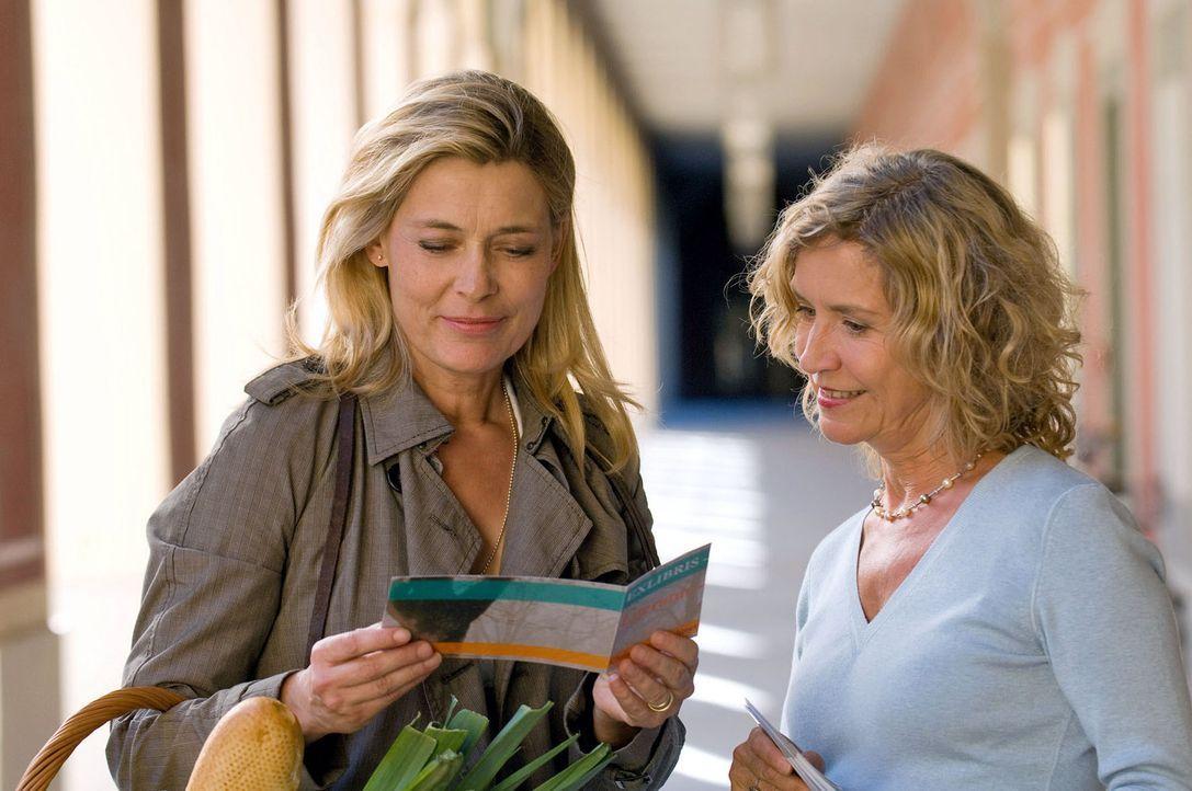 Bestseller-Autorin Christiane (Barbara Rudnik, l.) freut sich mit der Buchhändlerin (Marita Breuer, r.) auf die bevorstehende Lesung. - Bildquelle: Sat.1