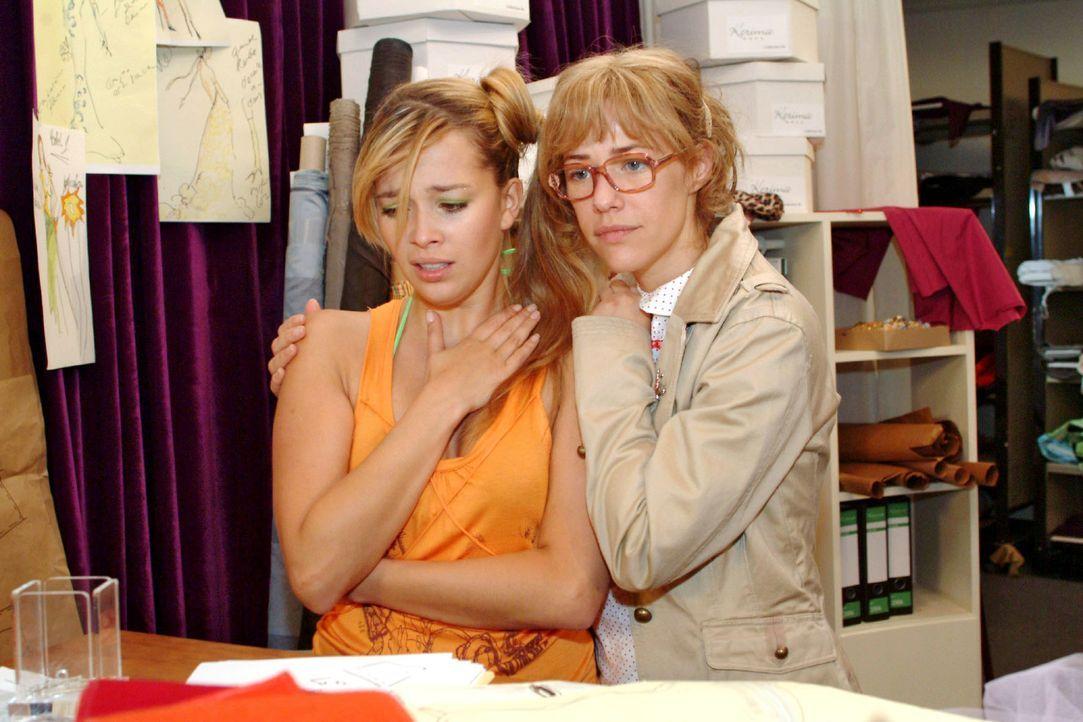 Lisa (Alexandra Neldel, r.) wird klar, als sie sich um Hannahs (Laura Osswald, l.) Kummer kümmert, dass sie nicht alleine die Probleme von Kerima lö... - Bildquelle: Monika Schürle Sat.1