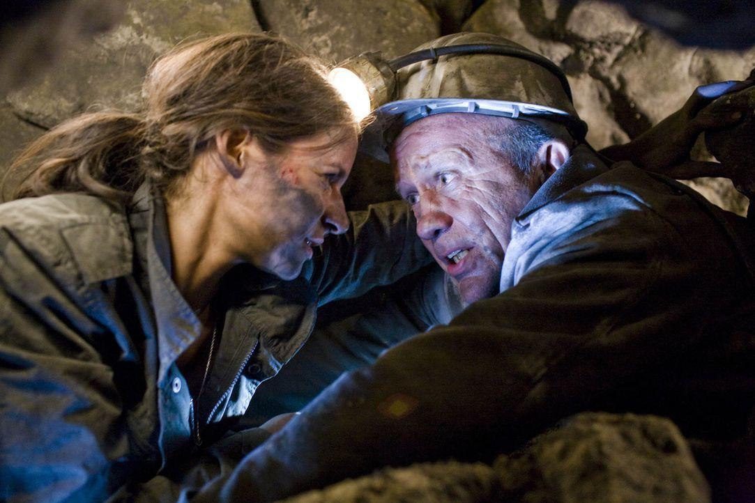 Als Horst (Christian Grashof, r.) und seine Tochter Nina (Liane Forestieri, l.) in die verlassenen Stollen des Bergwerks einsteigen, wecken sie die... - Bildquelle: ProSieben