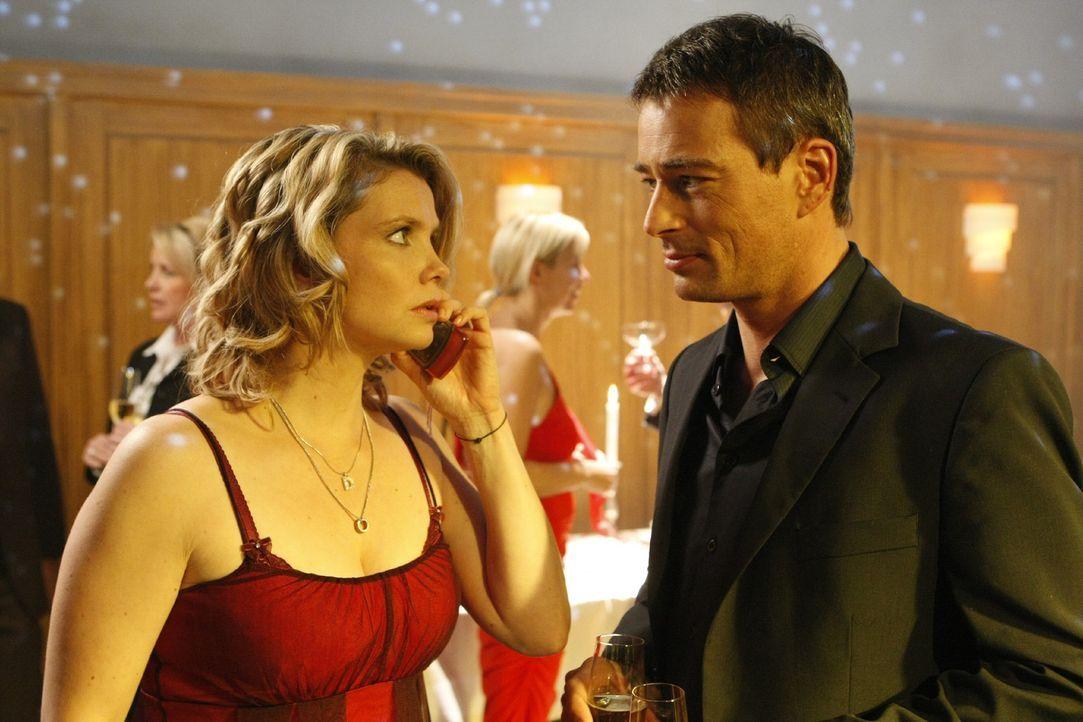 Der nette Abend mit Oliver (Jan Sosniok, r.) endet für Danni (Annette Frier, l.) leider völlig anders als geplant ... - Bildquelle: SAT.1