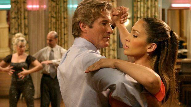 Je mehr Tanzstunden John (Richard Gere, vorne l.) mit Paulina (Jennifer Lopez...