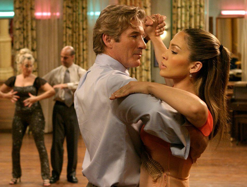 Je mehr Tanzstunden John (Richard Gere, vorne l.) mit Paulina (Jennifer Lopez, vorne r.) absolviert, desto mehr verliebt er sich ins Tanzen, das ein... - Bildquelle: Buena Vista International Television