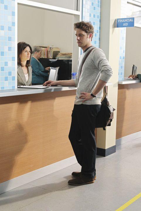 Evan Chambers (Jake McDorman, r.) bereitet sich auf den Ernst des Lebens vor ... - Bildquelle: 2010 Disney Enterprises, Inc. All rights reserved.
