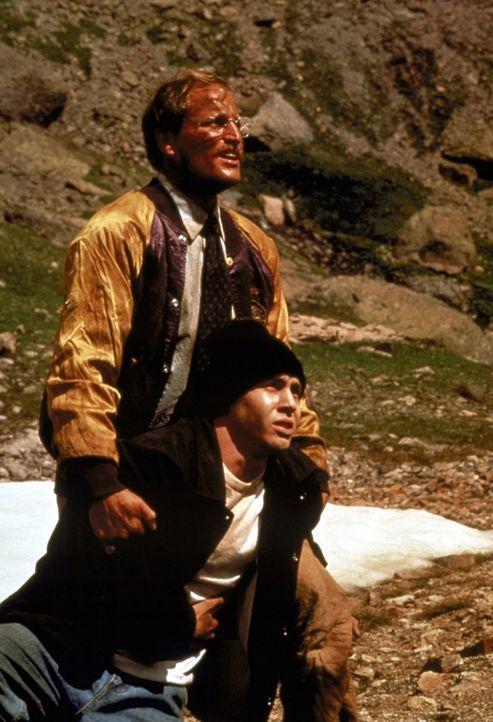 Landsam beginnt Michael (Woody Harrelson, oben) den Jungen zu verstehen. Mit seiner ganzen Kraft hilft er Brandon (Jon Seda, unten) nun, das Indiane... - Bildquelle: Warner Bros.