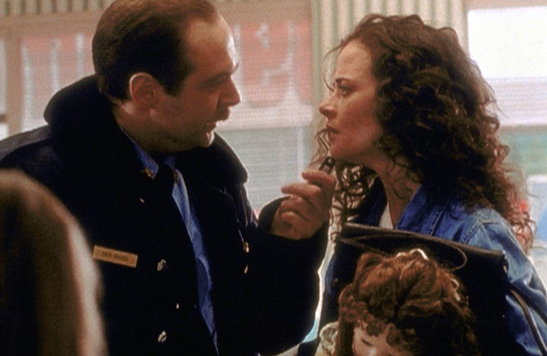 Polizei-Chief Jack Bonsaint (Larry Musser, l.) verhört Melissa (Susannah Hoffman, r.), die von den Einheimischen des Ortes für eine Hexe gehalten wi... - Bildquelle: TM +   2000 Twentieth Century Fox Film Corporation. All Rights Reserved.