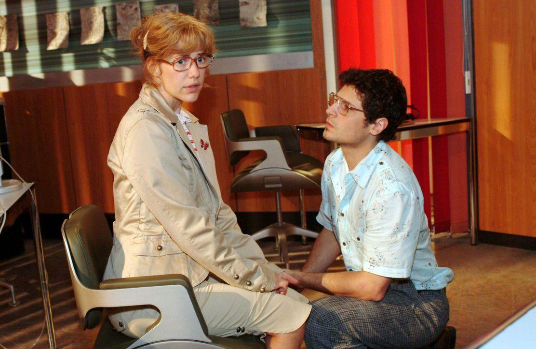 Rokkos (Manuel Cortez, r.) Heiratsantrag überfordert Lisa (Alexandra Neldel, l.). (Dieses Foto von Alexandra Neldel darf nur in Zusammenhang mit de... - Bildquelle: Monika Schürle Sat.1