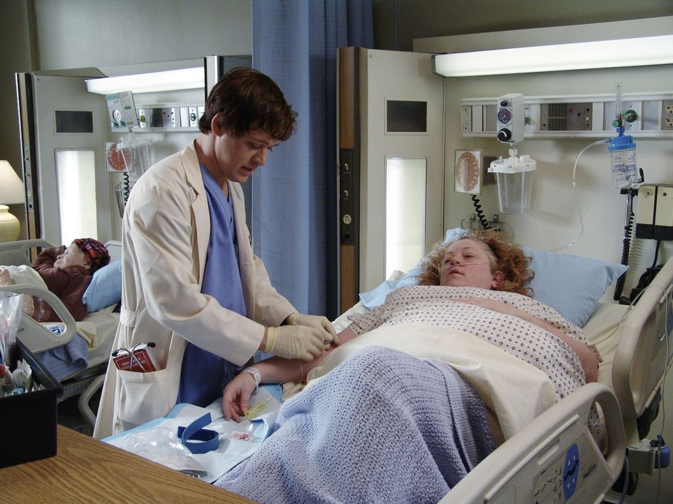 Bevor Annie (Alex Alexander, r.) an ihrem 60 Pfund schweren Tumor operiert wird, muss George (T.R. Knight, l.) noch einige Untersuchungen vornehmen... - Bildquelle: Touchstone Television