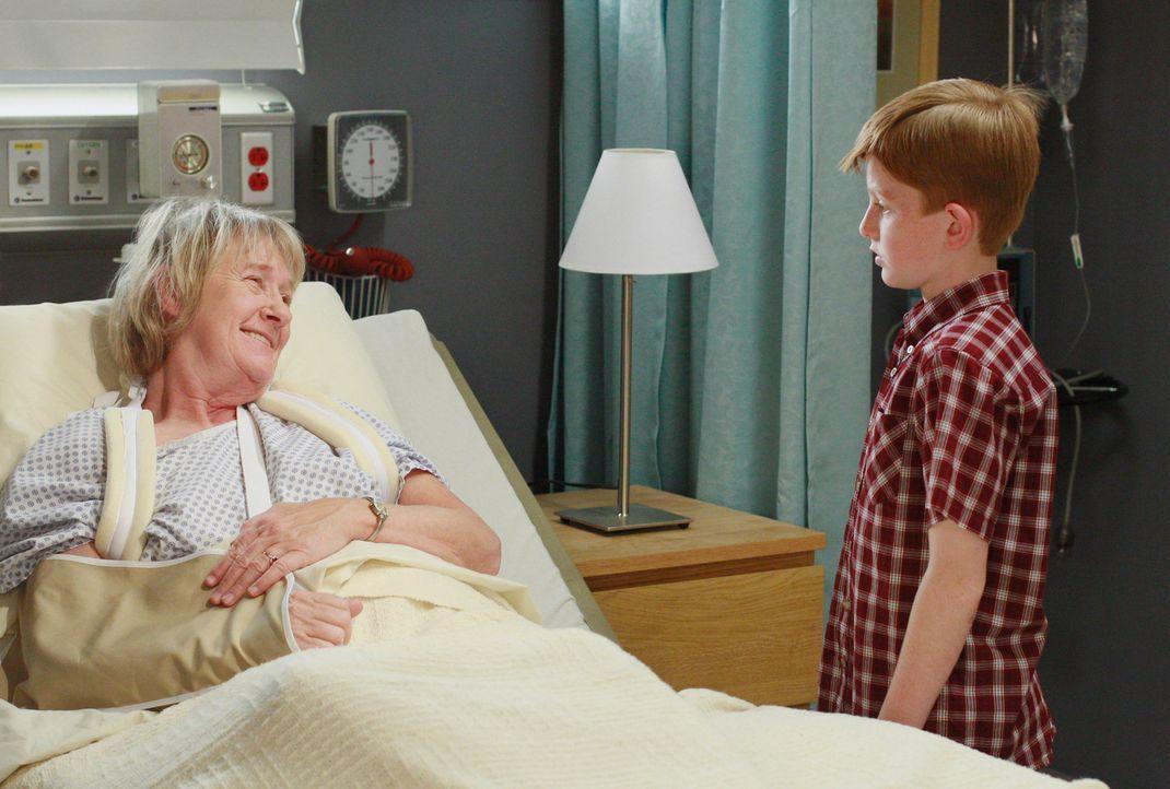 Mrs. McClusky (Kathryn Joosten, l.) versucht Parker (Zane Huett, r.)  zu erklären, wieso ihr Mann in der Gefriertruhe ist und es gelingt ihr, ihm da... - Bildquelle: 2005 Touchstone Television  All Rights Reserved