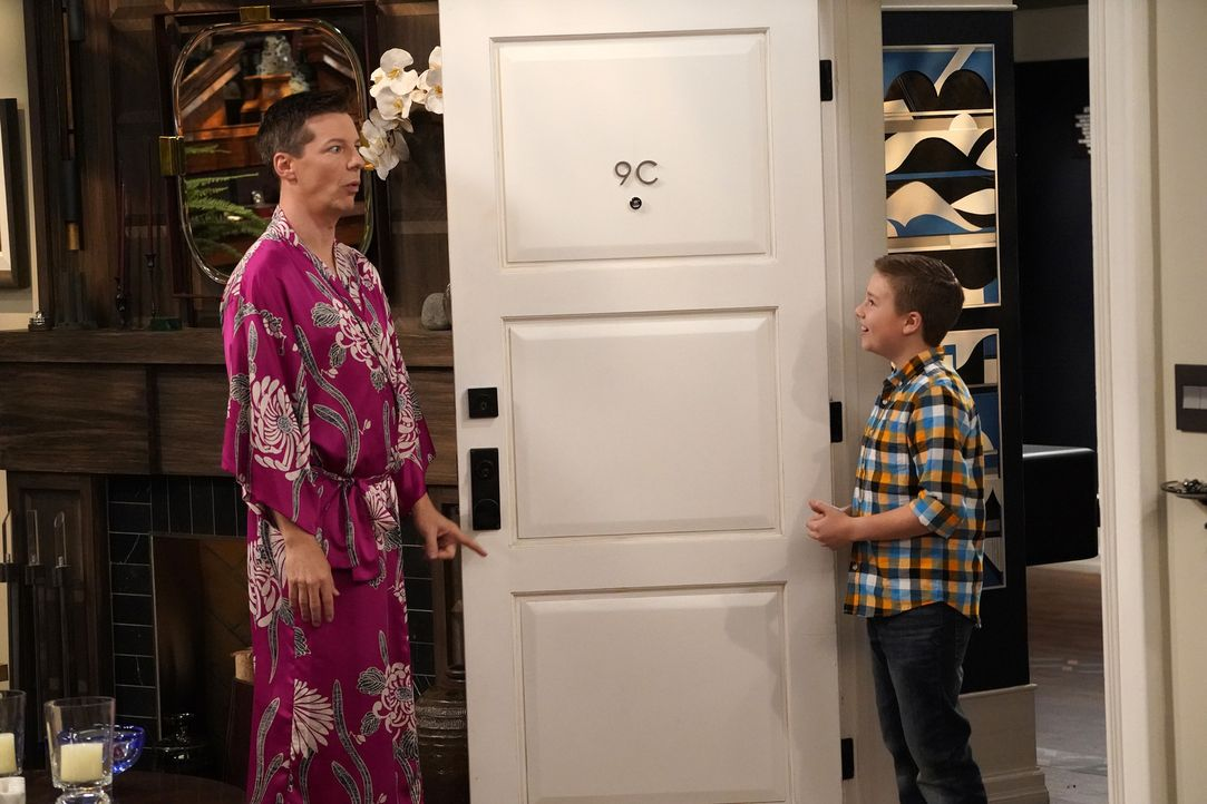 Jack (Sean Hayes, l.) muss feststellen, dass er bereits Opa ist, als sein Enkel Skip (Jet Jurgensmeyer, r.) plötzlich vor der Tür steht ... - Bildquelle: Chris Haston 2017 NBCUniversal Media, LLC