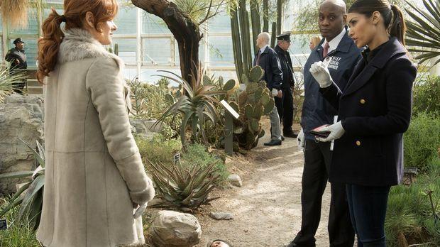 Als eine junge Frau tot aufgefunden wurde, müssen Laura (Debra Messing, l.),...