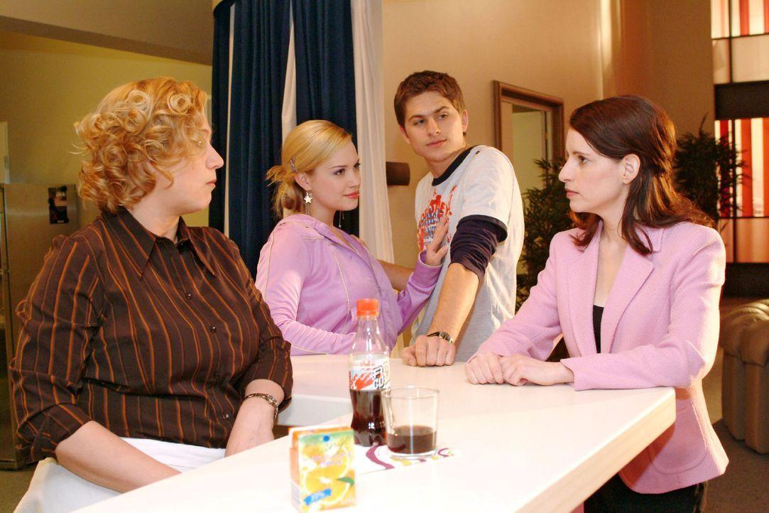 Als Timo (Matthias Dietrich, 2.v.r.) Kim (Lara-Isabelle Rentinck, 2.v.l.) als seine Freundin vorstellt, sind seine Mutter (Stefanie Höner, r.) und... - Bildquelle: Sat.1