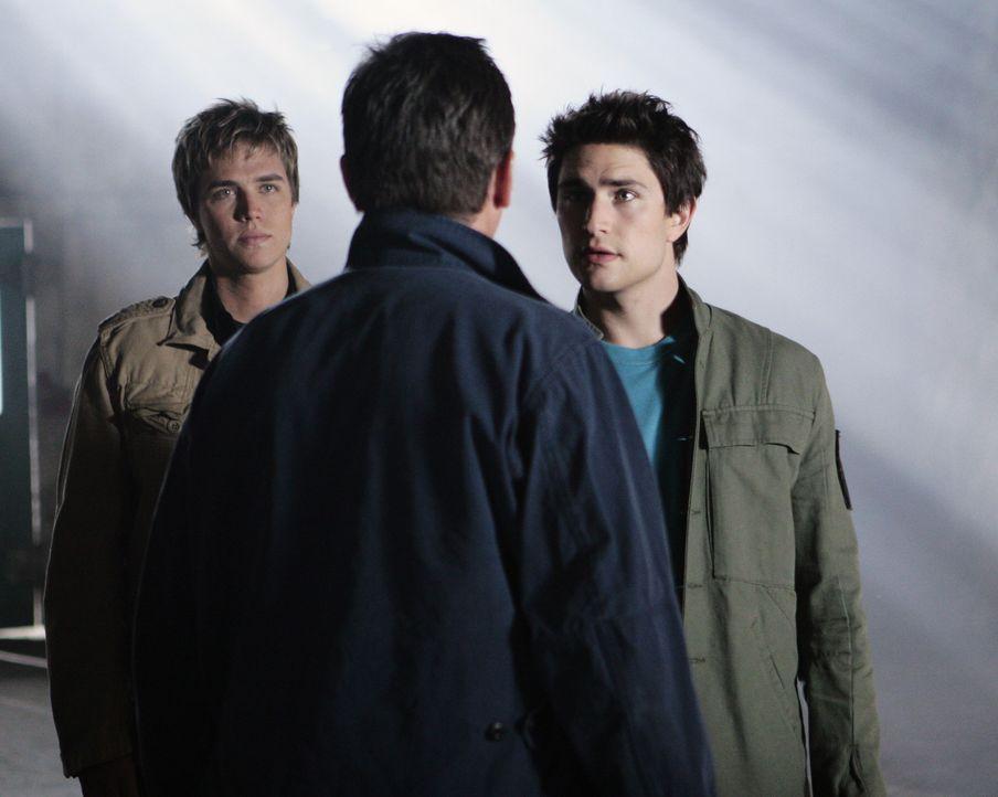 Wird der Plan gelingen? Kyle (Matt Dallas, r.) versucht gemeinsam mit Tom Foss (Nicholas Lea, M.) und seinem Freund Declan (Chris Olivero, l.) den g... - Bildquelle: TOUCHSTONE TELEVISION