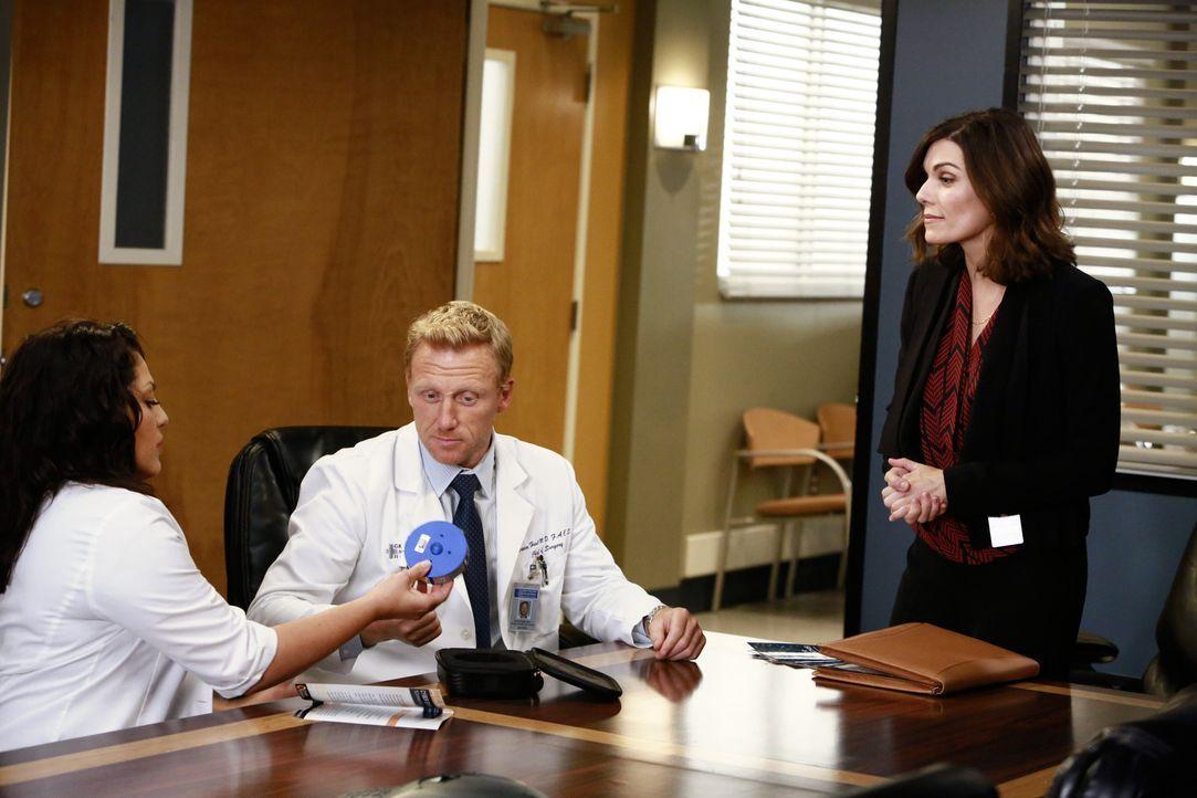 Callie (Sara Ramirez, l.) glaubt, dass Technik-Vertreterin Jenna (Amy Motta, r.) ein Auge auf Owen (Kevin McKidd, M.) geworfen hat. Beim Versuch, di... - Bildquelle: ABC Studios
