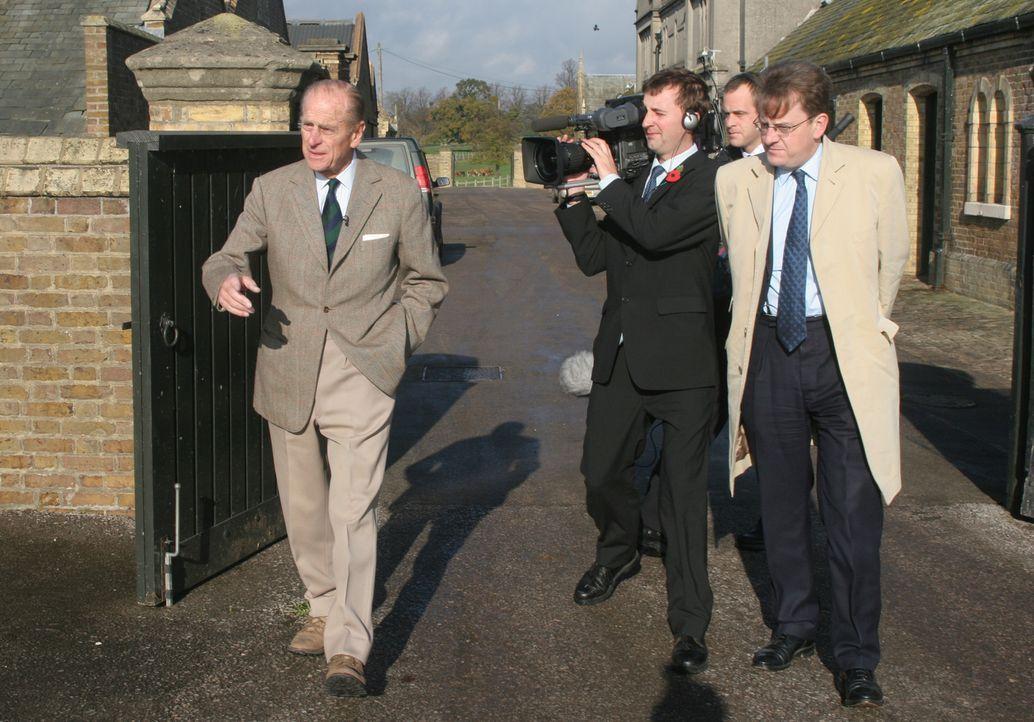 Der Duke of Edinburgh (l.) präsentiert Windsor Castle und seine einmaligen Parkanlagen ... - Bildquelle: Ian Jones HTI  MEDIA