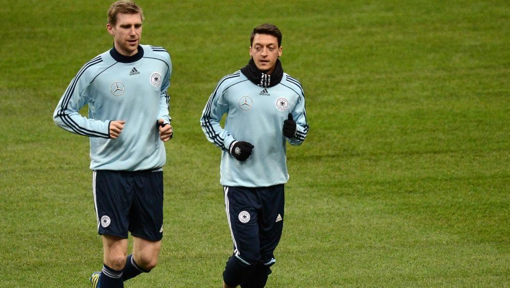 Mertesacker (li.) und Özil wurden gemeinsam Weltmeister - Bildquelle: AFPSIDFRANCK FIFE