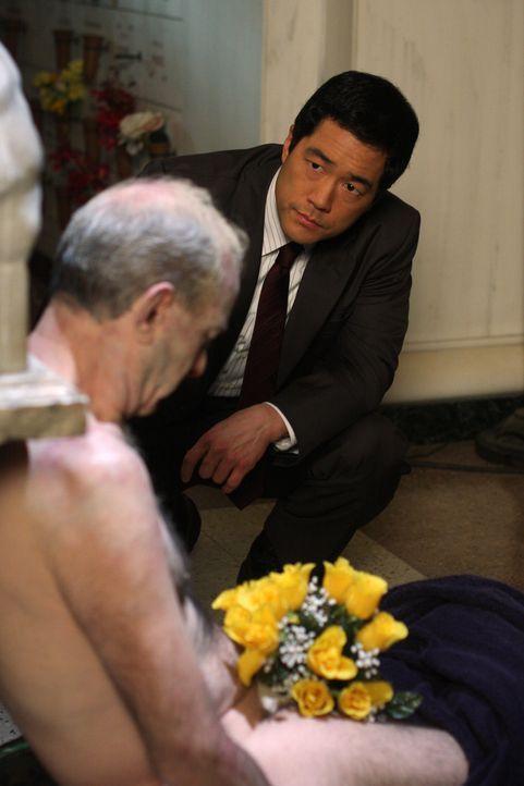 Das CBI-Team um Kimball (Tim Kang, r.) begutachtet  die Leiche eines erschossenen Mannes, die kurz zuvor tiefgefroren und dann mit einem Strauss gel... - Bildquelle: Warner Bros. Television