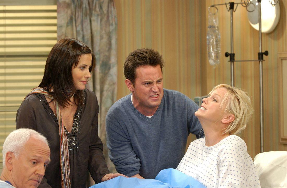 Sind bei der Geburt ihrer Kinder live dabei: Monica (Courteney Cox, 2.v.l.) und Chandler (Matthew Perry, 2.v.r.) ... - Bildquelle: 2003 Warner Brothers International Television