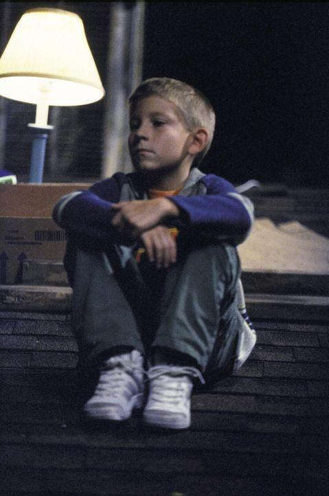 Dewey (Erik Per Sullivan) ist wieder einmal dazu verdammt, Schmiere zu stehen ... - Bildquelle: TM +   2000 Twentieth Century Fox Film Corporation. All Rights Reserved.