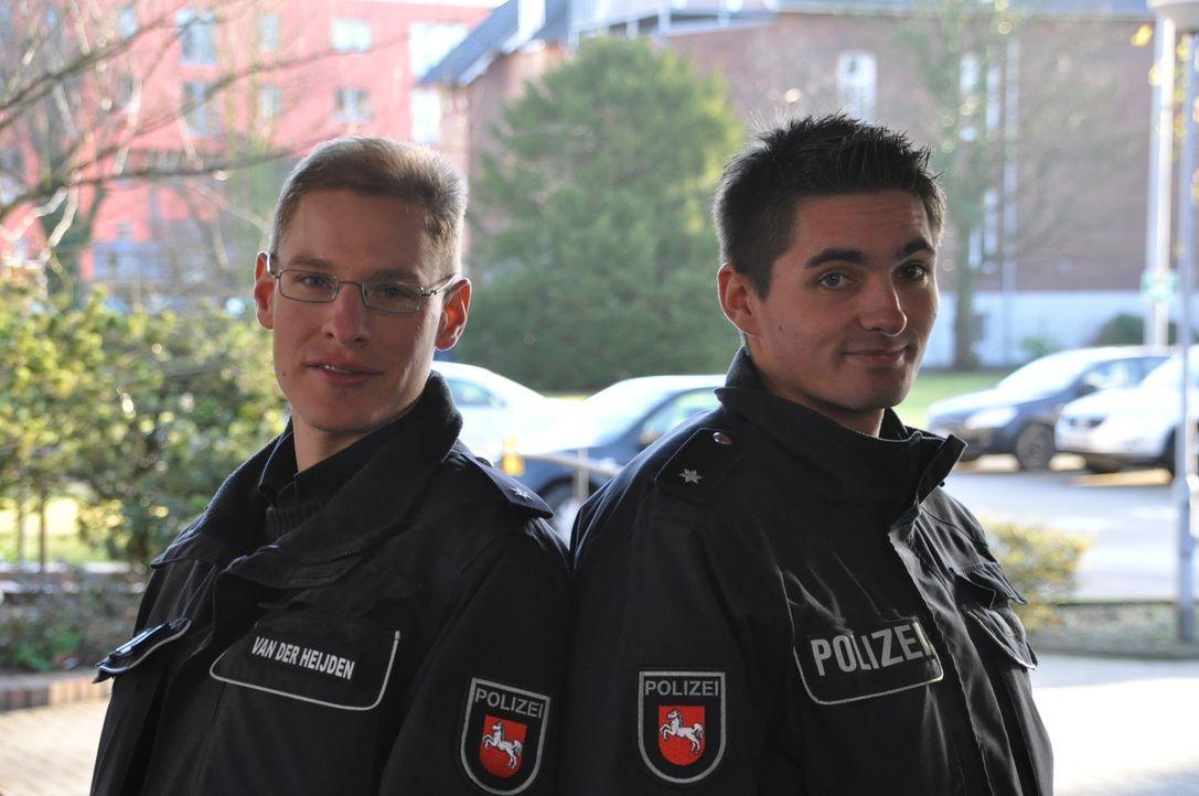 Auf der Polizeiwache in Stade geht ein Notruf ein: eine Schlägerei unter Saufkumpanen. Die Kommissare Pascal van der Heijden (l.) und Torben Kubik... - Bildquelle: kabel eins