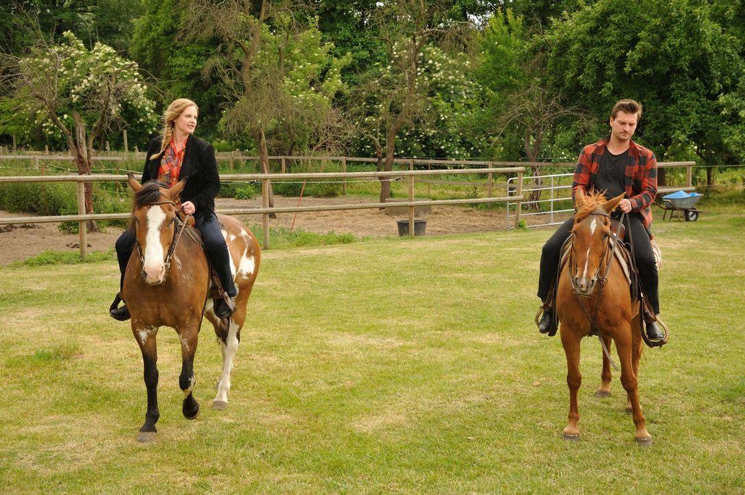 Nachdem in einem Pferdestall eine Frau mit einer Mistgabel erstochen aufgefunden wurde, steigen Fritz (Matthi Faust, r.) und Josephine (Diana Amft,... - Bildquelle: Hardy Spitz SAT.1