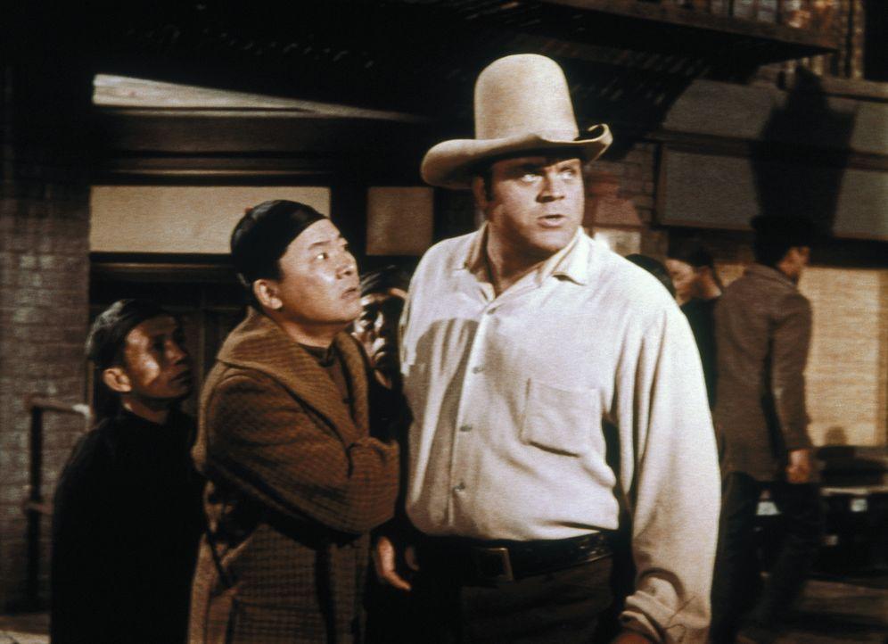 Hop Sing (Victor Sen Yung, l.) überbringt Hoss (Dan Blocker, r.) eine Hiobsbotschaft ... - Bildquelle: Paramount Pictures