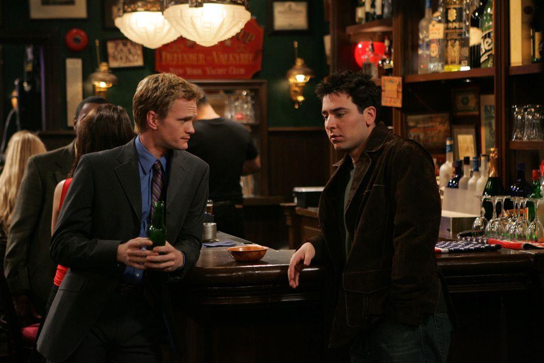 Während einem gemeinsamen Bar Besuch mit seinem Freund Barney (Neil Patrick Harris, l.) lernt Ted (Josh Radnor, r.) die Fernsehreporterin Robin kenn... - Bildquelle: 20th Century Fox International Television